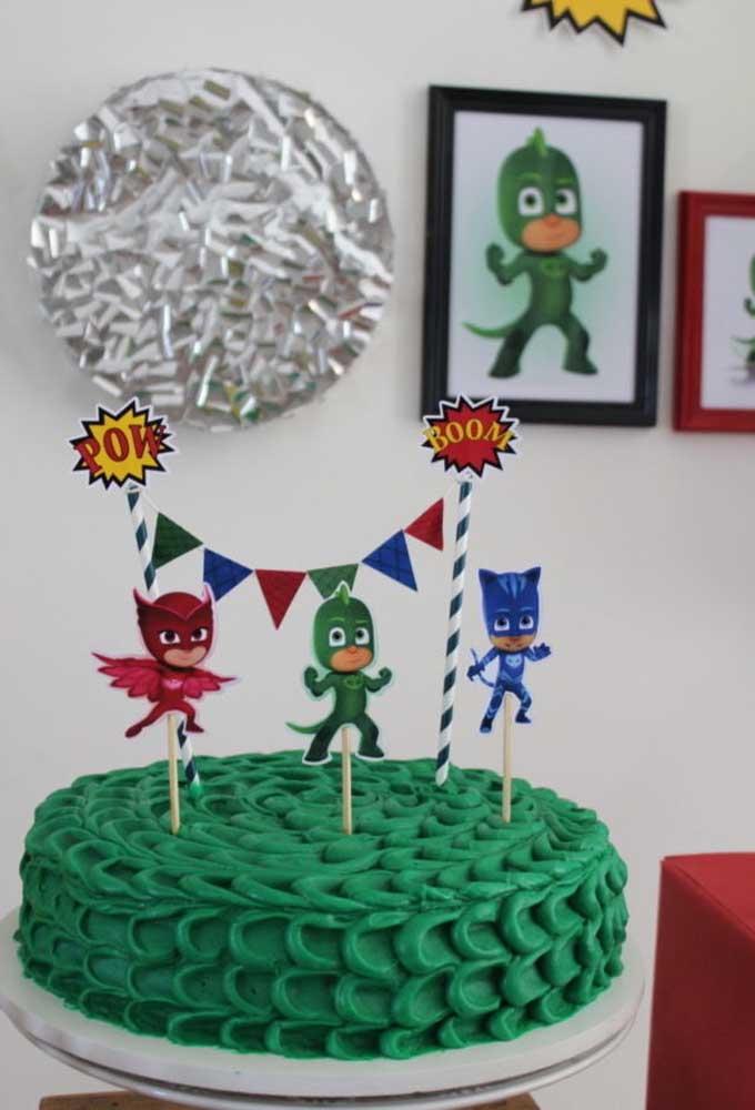 Você pode até fazer um bolo simples com o tema PJ Masks, mas não pode deixar de colocar os personagens no topo.