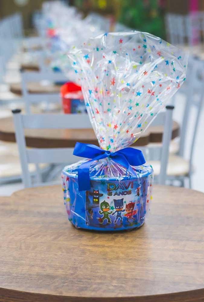 Prepare lembrancinhas simples, mas decoradas de forma especial para entregar aos convidados.