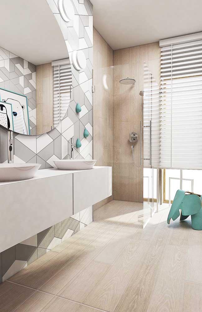 Nesse banheiro, a tonalidade da madeira entra no revestimento do piso e da parede do box