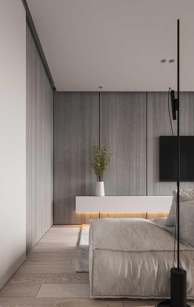 Nesse quarto, uma terceira cor, o cinza, se une a dupla branco e madeira