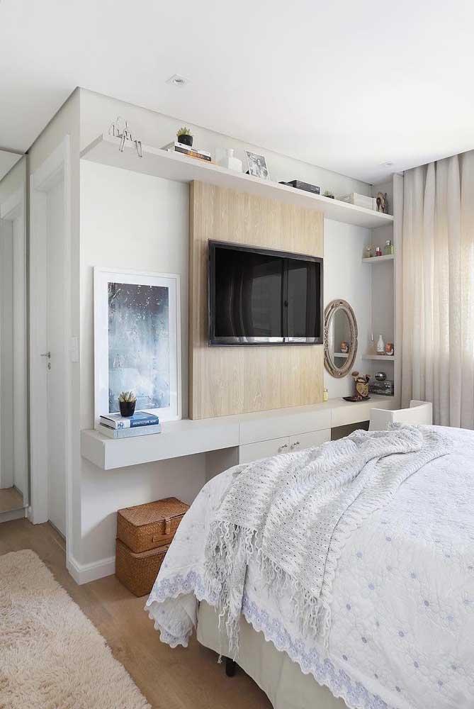 O quarto de base branca trouxe a madeira apenas no painel da TV