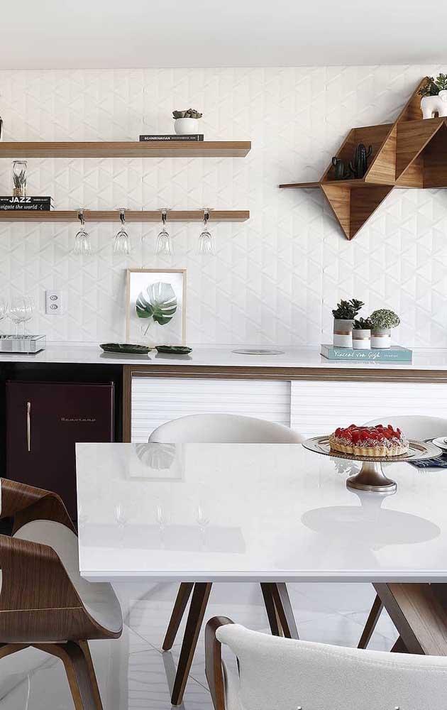 A madeira escura usada nos detalhes dessa cozinha forma um lindo contraste com o branco