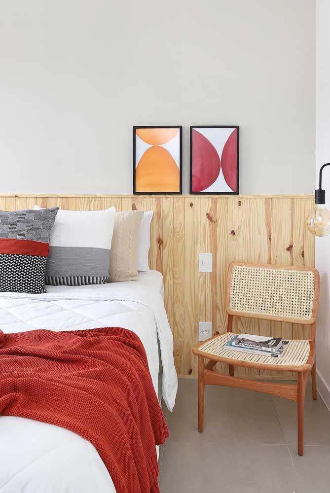 A rústica e descontraída madeira de pinus foi a opção aqui para ser usada junto ao branco