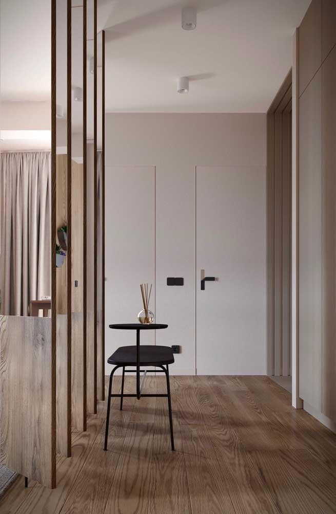 O piso de madeira, além de lindo, combina super bem com as paredes brancas