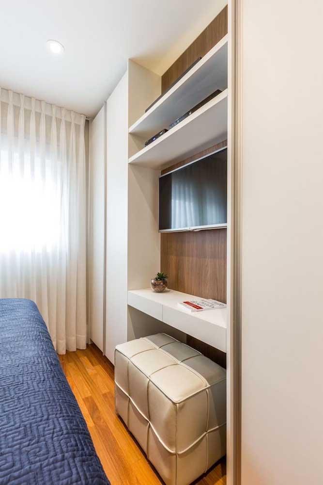 Dois tons de madeira se unem nesse quarto branco: a que está no painel da TV e a do piso
