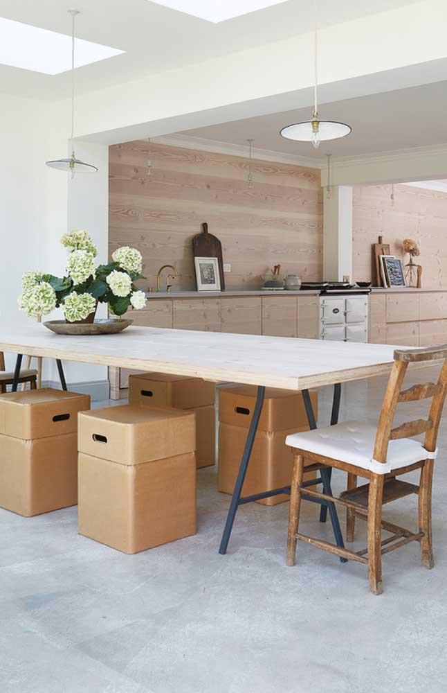 A cozinha e a sala de jantar integrada apostaram na combinação entre o branco e a madeira para alcançar uma decor clean e, ao mesmo tempo, acolhedora