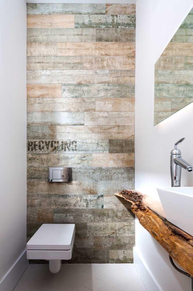 Nesse banheiro branco, a madeira de demolição se destaca e revela o estilo moderno e descontraído do projeto