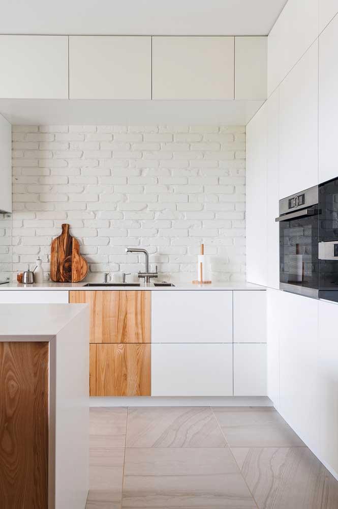 Preciosos detalhes em madeira tiram essa cozinha da monotonia do branco