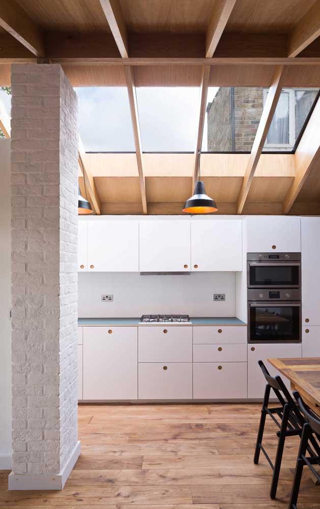 Piso e teto de madeira; no centro do ambiente é a vez do branco se destacar