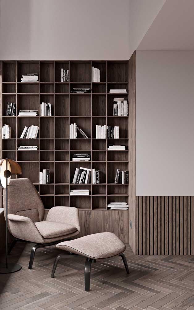 O cantinho da leitura fica muito mais aconchegante com o uso da madeira combinado ao branco