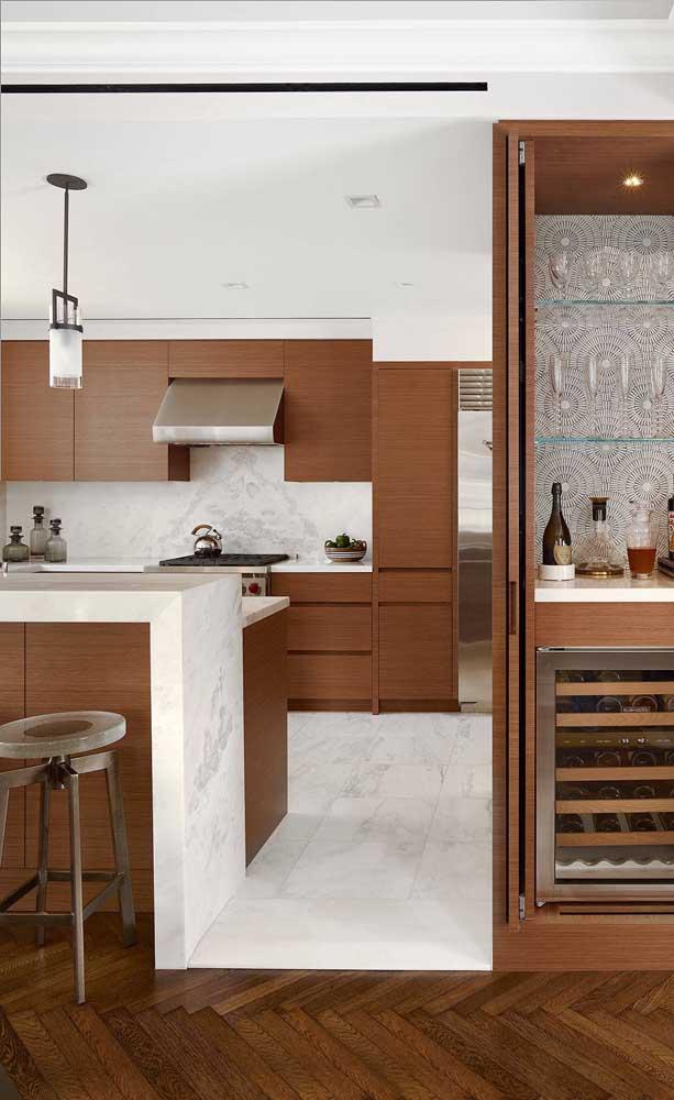 O tom de avelã escolhido para os armários dessa cozinha é de um aconchego indescritível