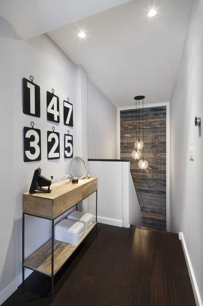 Três tipos de madeira e nenhuma confusão; na parede e no teto é o branco que protagoniza a cena