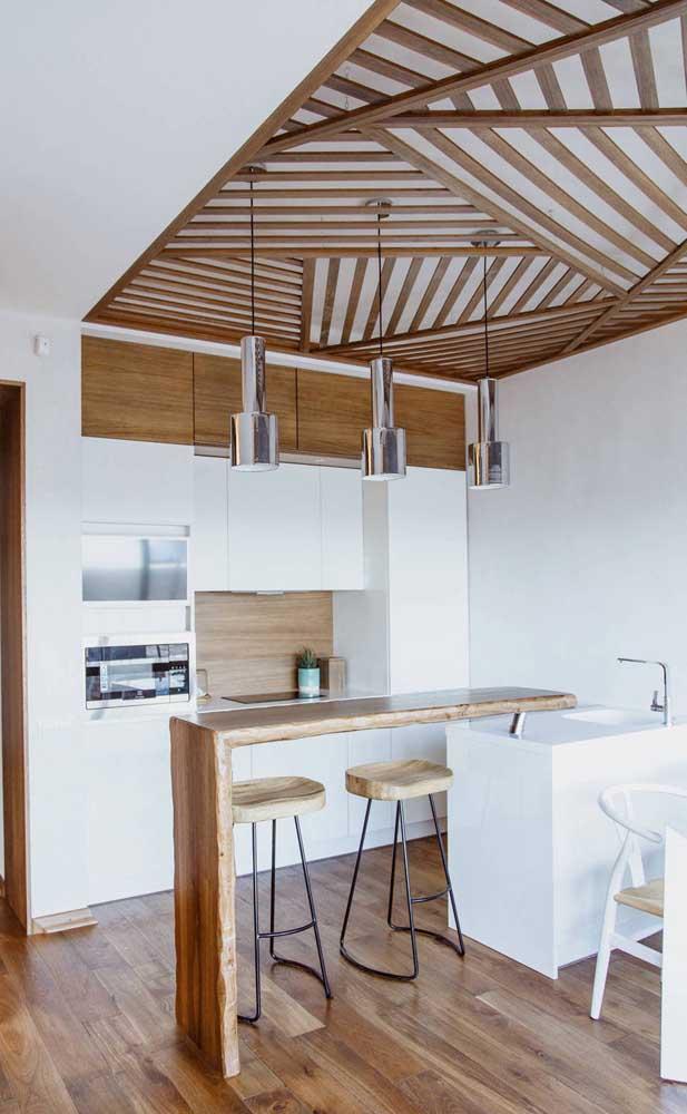 Essa cozinha em branco e madeira se destaca mesmo pelo efeito diferenciado no teto