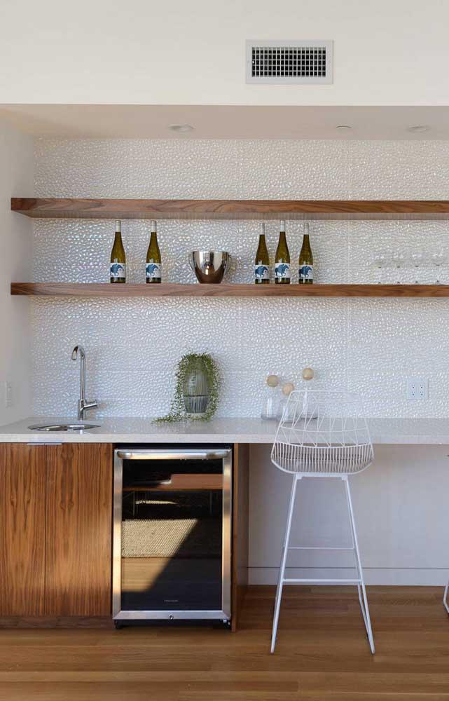 Prateleiras de madeira são uma ótima opção para inserir a tonalidade natural no ambiente branco