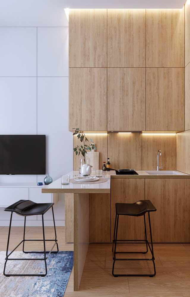 Nessa outra cozinha, o branco e a madeira também se destacam, mas cada um ocupa um espaço determinado, sem se misturar