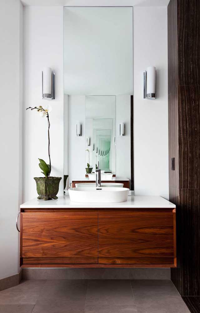 Linda inspiração de banheiro branco com madeira