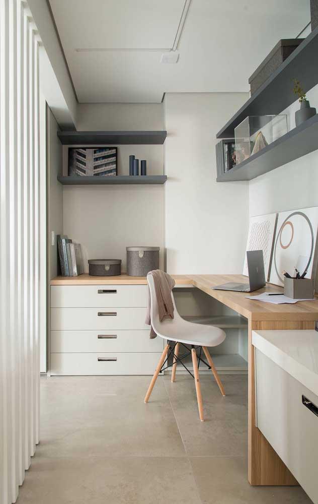 Home office branco com madeira; uma combinação que não tem como dar errado