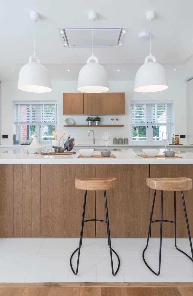 Moderna e com um toque industrial, essa cozinha investiu na combinação harmônica entre o branco e a madeira