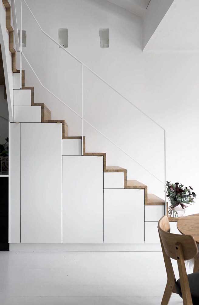 Uma alternativa linda e interessante para o uso do branco e madeira: use a dupla na escada!