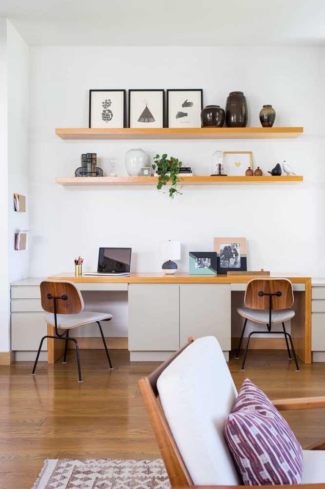 A clássica combinação do branco nas paredes e da madeira nos móveis
