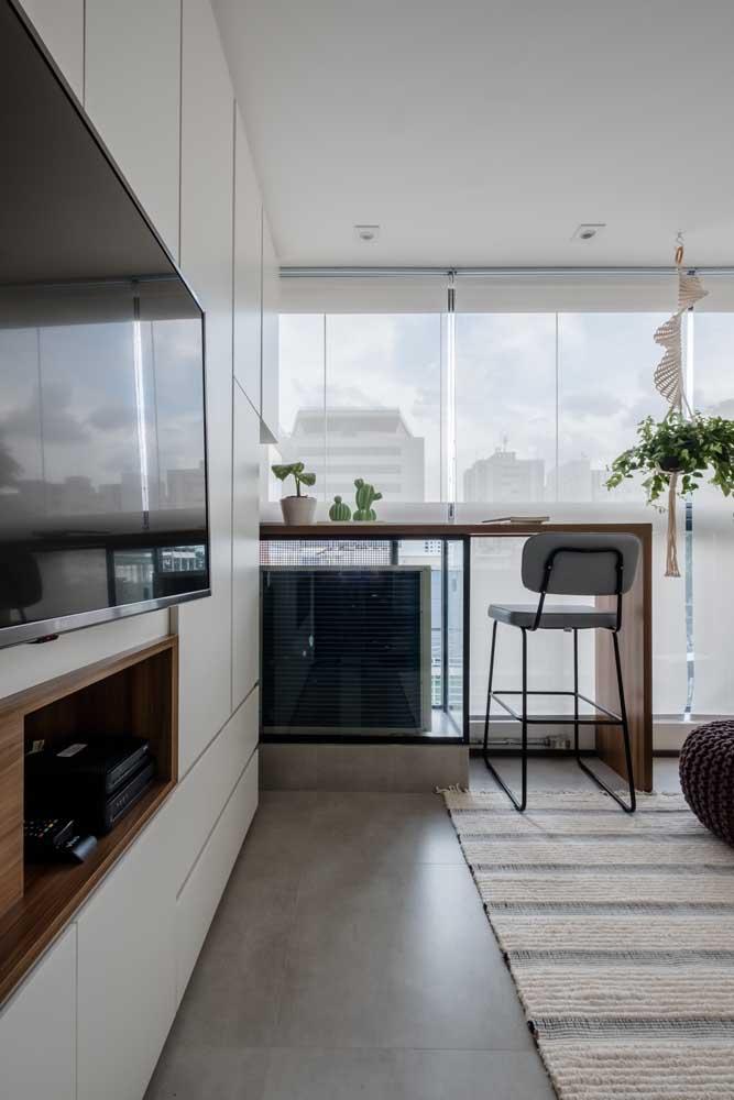 A sala de estar também é um dos ambientes preferidos quando o assunto é decorar com tons de branco e madeira