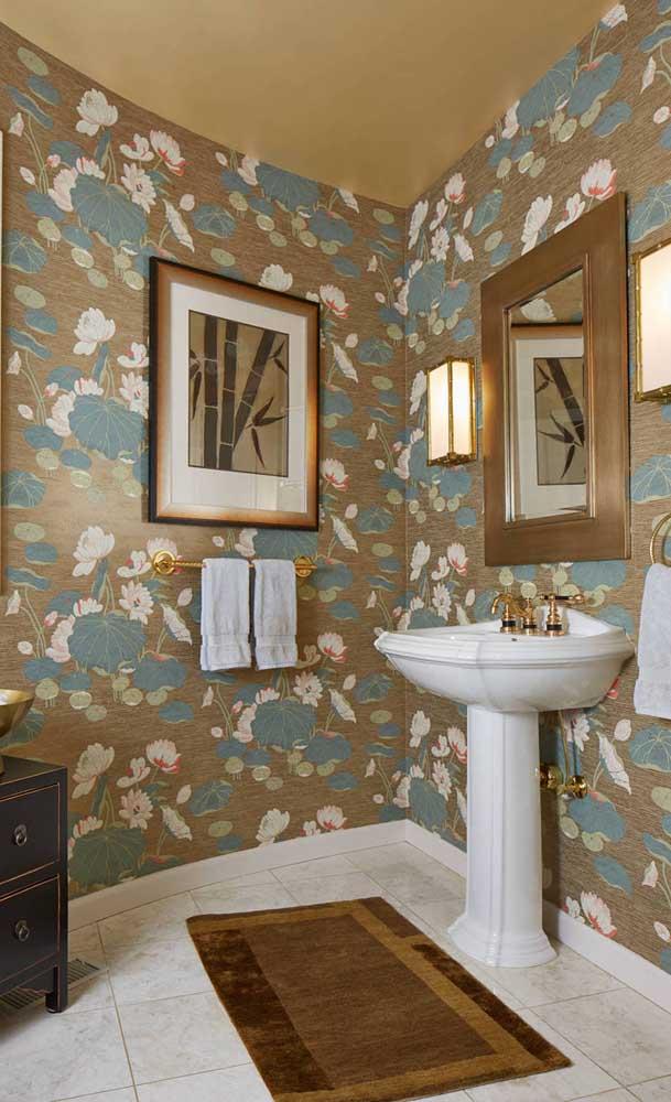 Linda inspiração de lavabo revestido com papel de parede estampado com flores de Lótus