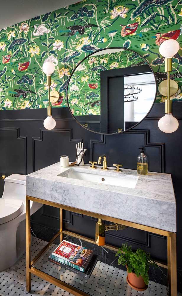 Nesse banheiro contemporâneo, a Flor de Lótus aparece em diversas cores no papel de parede