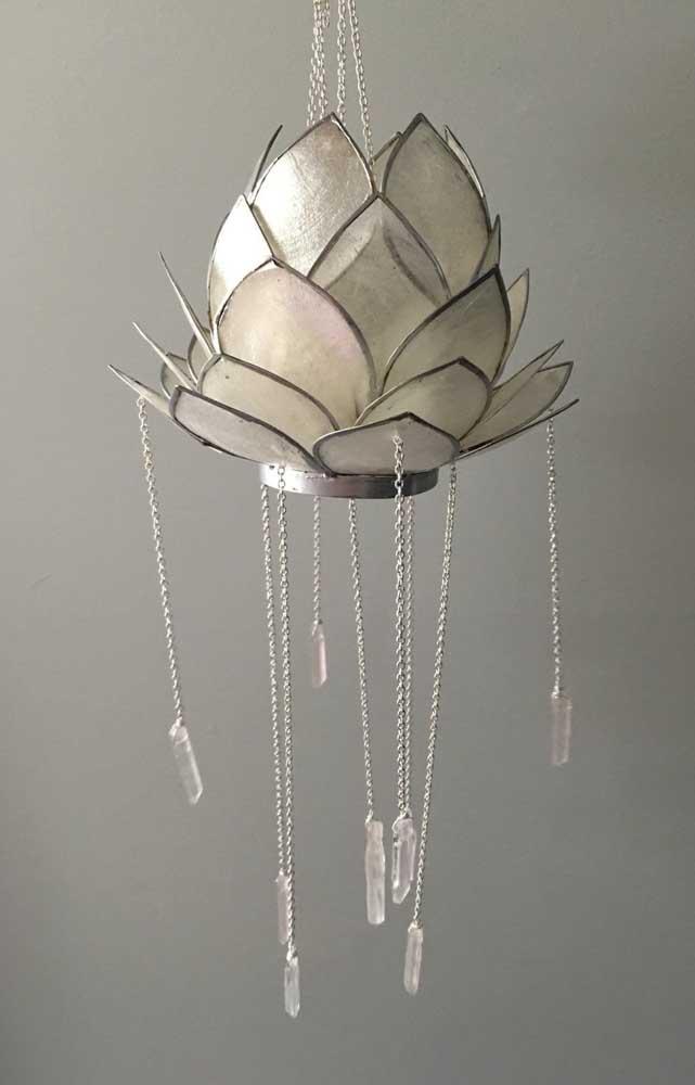 Belíssima luminária em formato de Flor de Lótus com pequenos pendentes suspensos de cristal