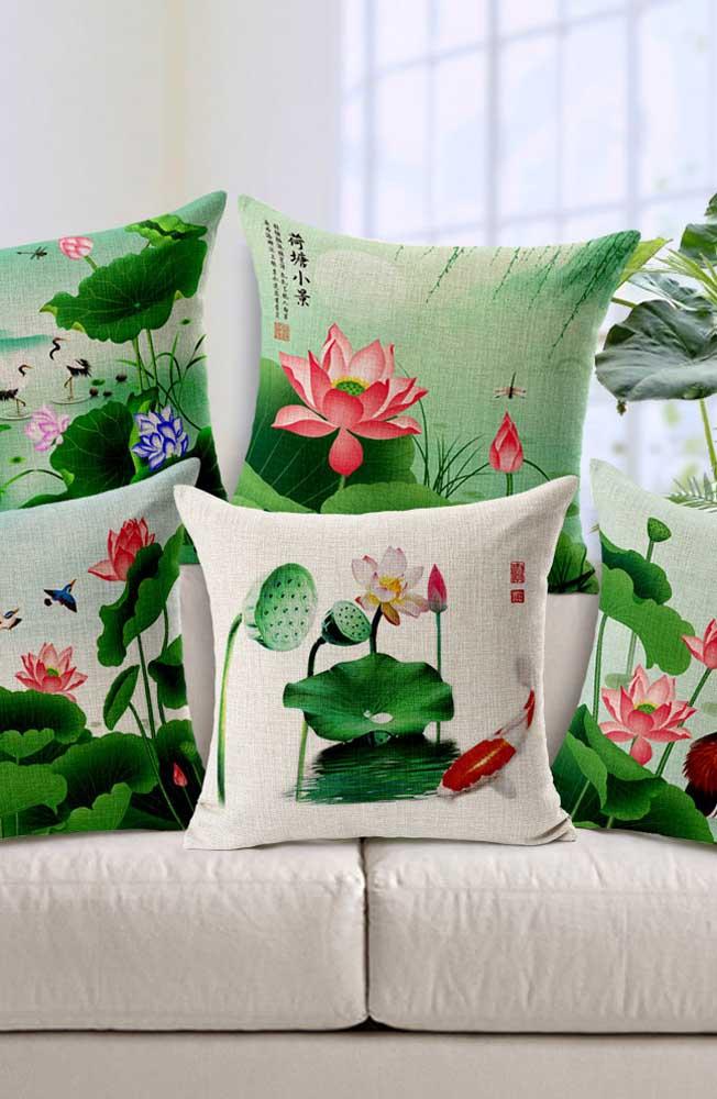 Almofadas estampadas com flores de lótus para decorar a sala