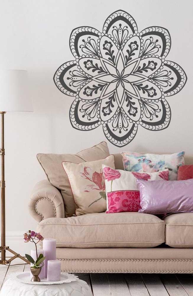 Flor de Lótus em formato de mandala indiana decorando a parede da sala