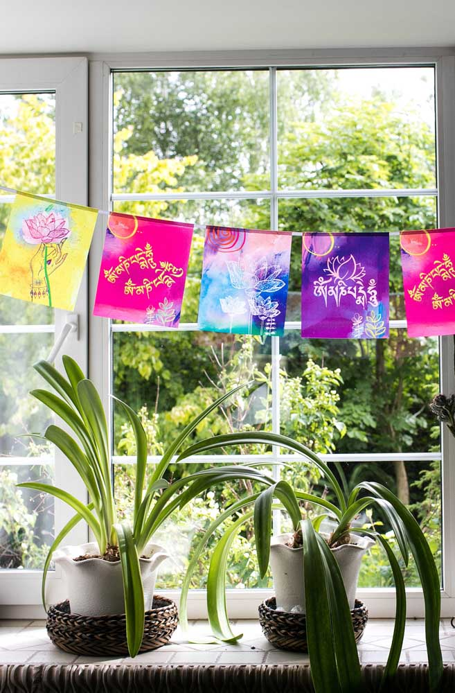 Bandeirolas com flores de Lótus estampadas decoram a janela dessa casa