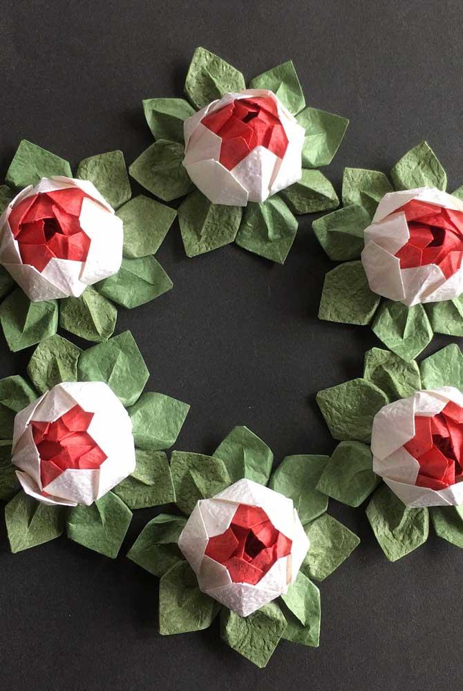 E o que acha dessa inspiração super diferente de guirlanda feita com flores de lótus em feltro?