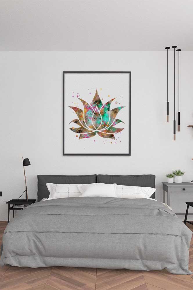 O quarto clean e minimalista desse casal apostou em um quadro com a Flor de Lótus na parede da cabeceira