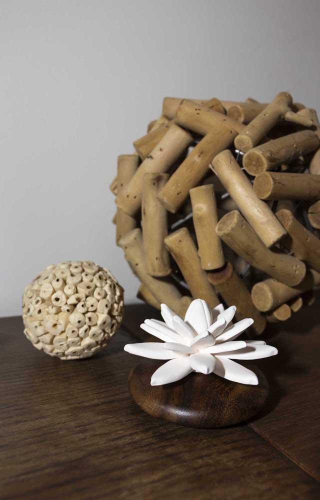 Flor de Lótus com base de madeira, um lindo enfeite decorativo