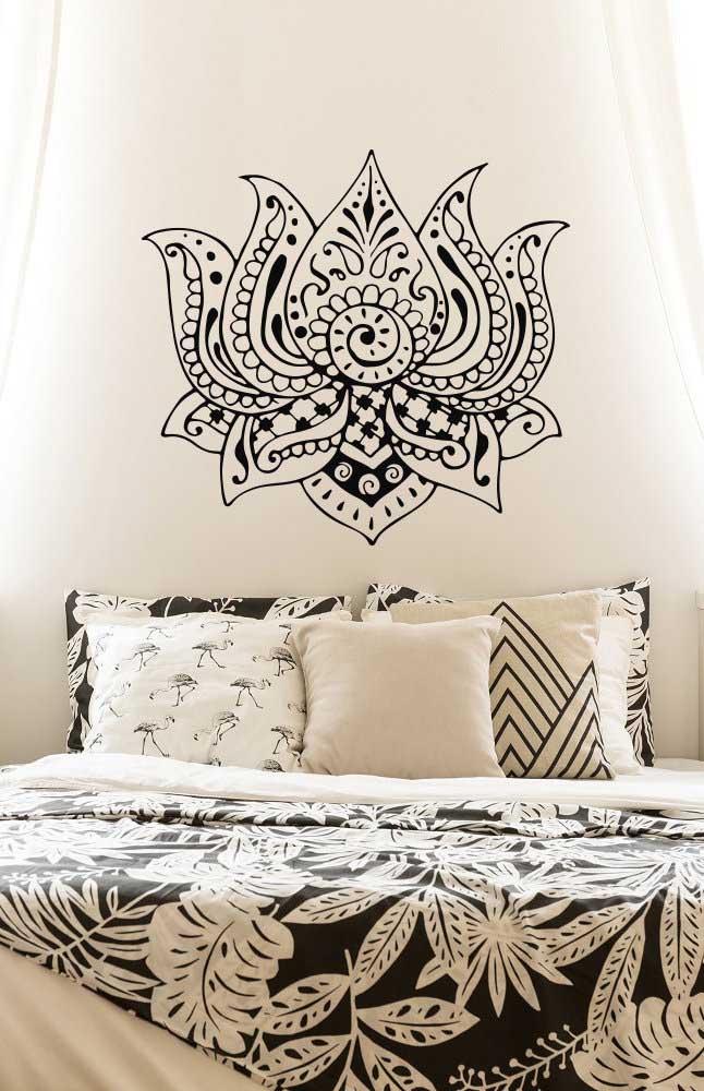 Em tons de preto e branco, a Flor de Lótus da parede se funde ao restante da decoração