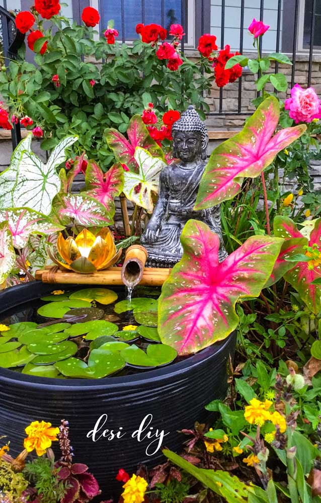 Nesse jardim zen, a Flor de Lótus metálica repousa ao lado de Buda como um castiçal
