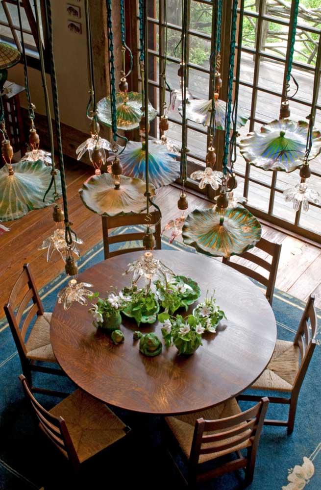Que tal iluminar a sala de jantar com luminárias pendentes no formato de flores de Lótus?