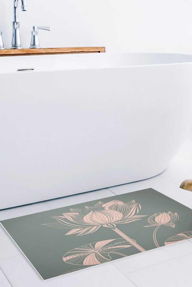 O banheiro moderno e clean apostou em um tapetinho com a estampa da Flor de Lótus junto à banheira