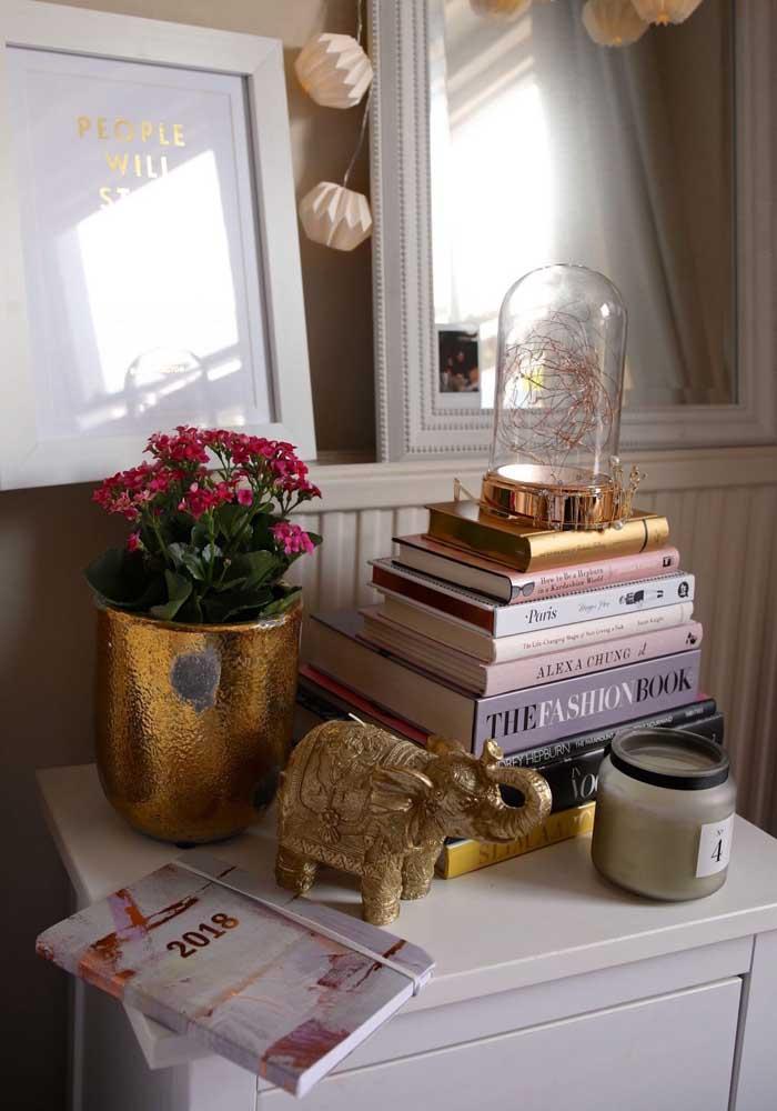O vaso dourado deu um toque de glamour à kalonchoe rosa pink
