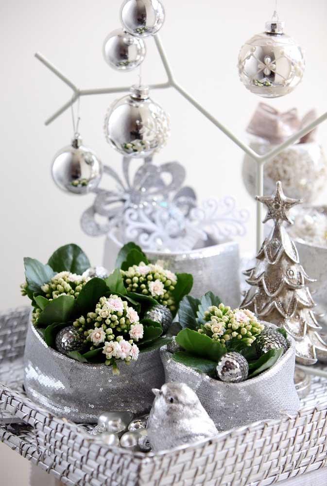 Kalanchoes brancas integram essa decoração prateada de ano novo