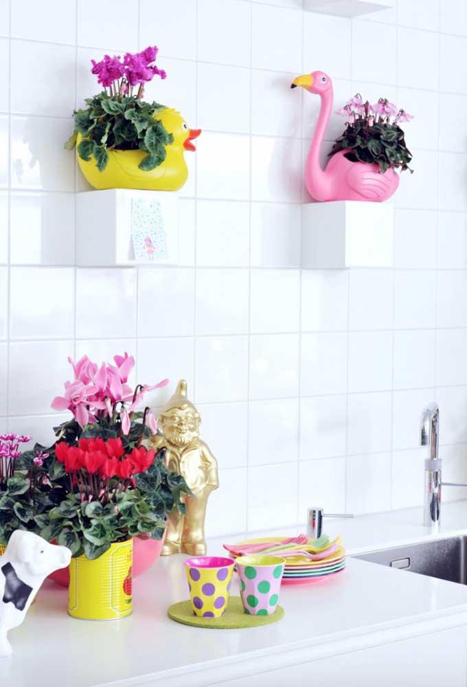 Vasos e cachepôs inusitados e divertidos acomodam as diferentes kalanchoes