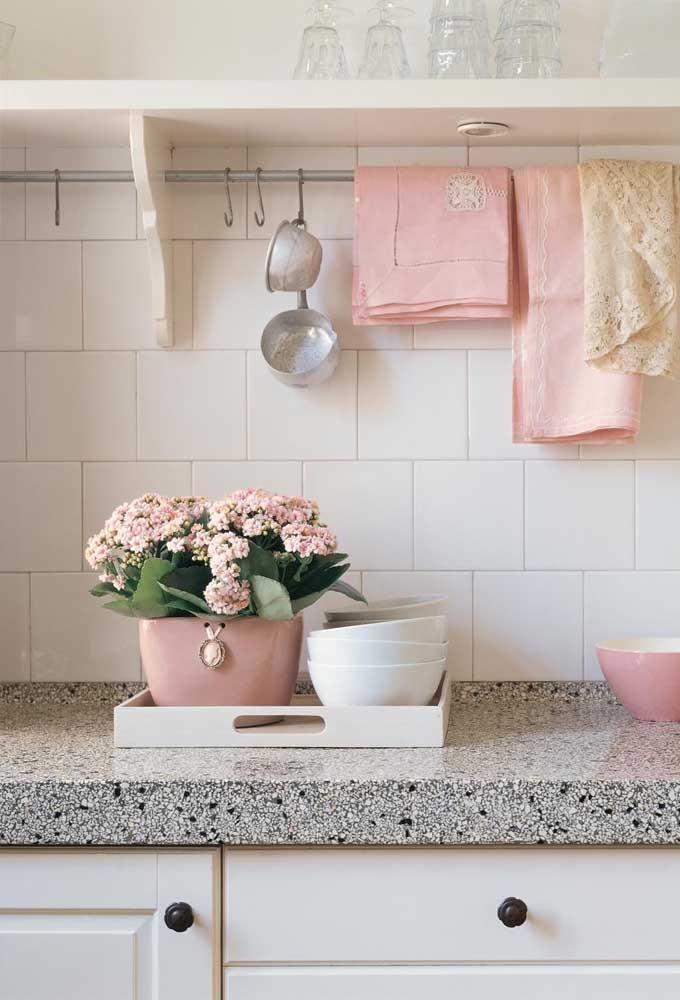 Essa cozinha romântica e delicada ficou completa com a kalanchoe rosa sobre a bancada