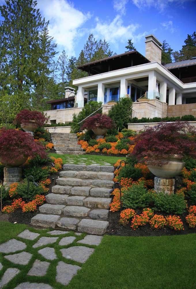 Que linda inspiração! Aqui, as kalanchoes laranjas formam um maciço que rodeia e contorna o jardim da entrada da casa