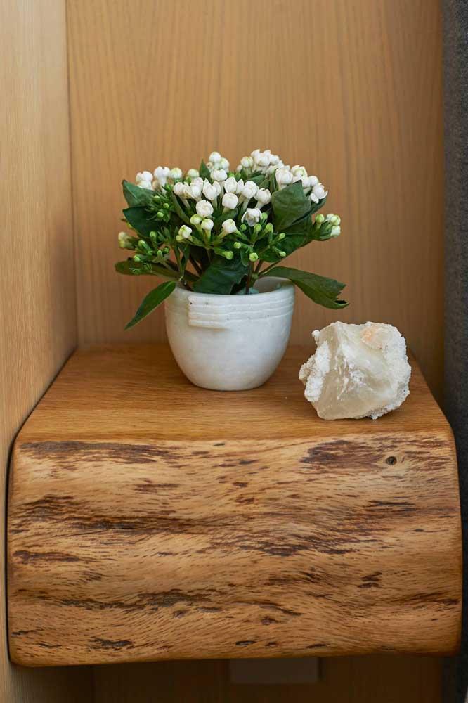 Decoração cheia de positividade com a Kalanchoe branca e a pedra de cristal