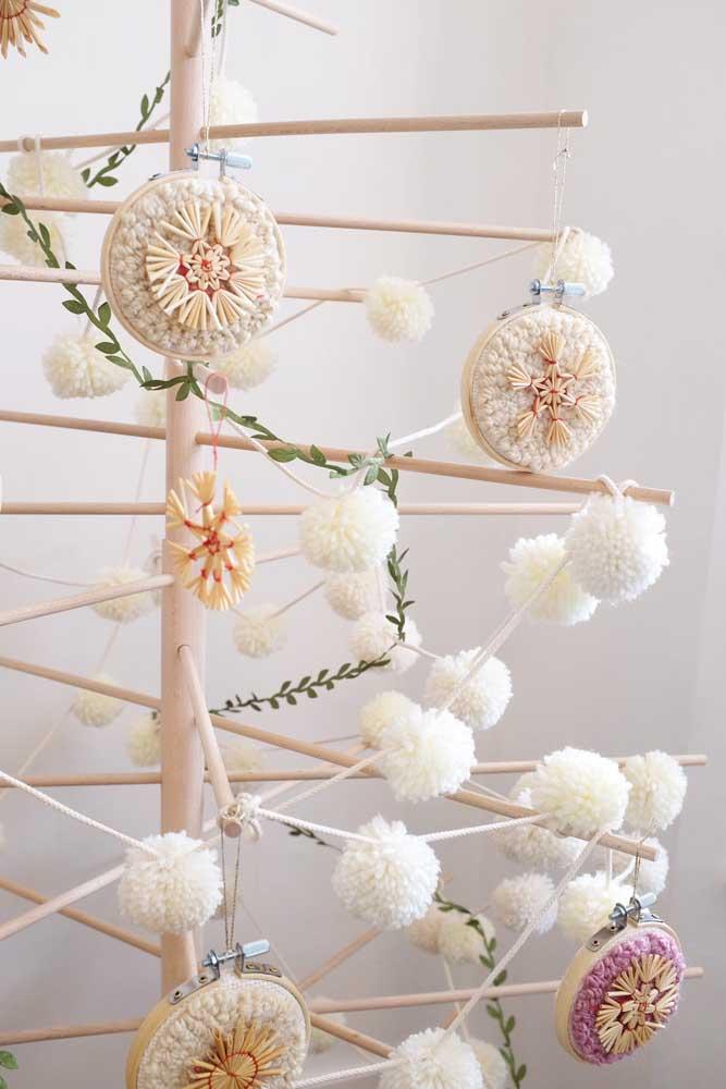 Uma árvore de natal inusitada e bem diferente decorada com enfeites em ponto russo