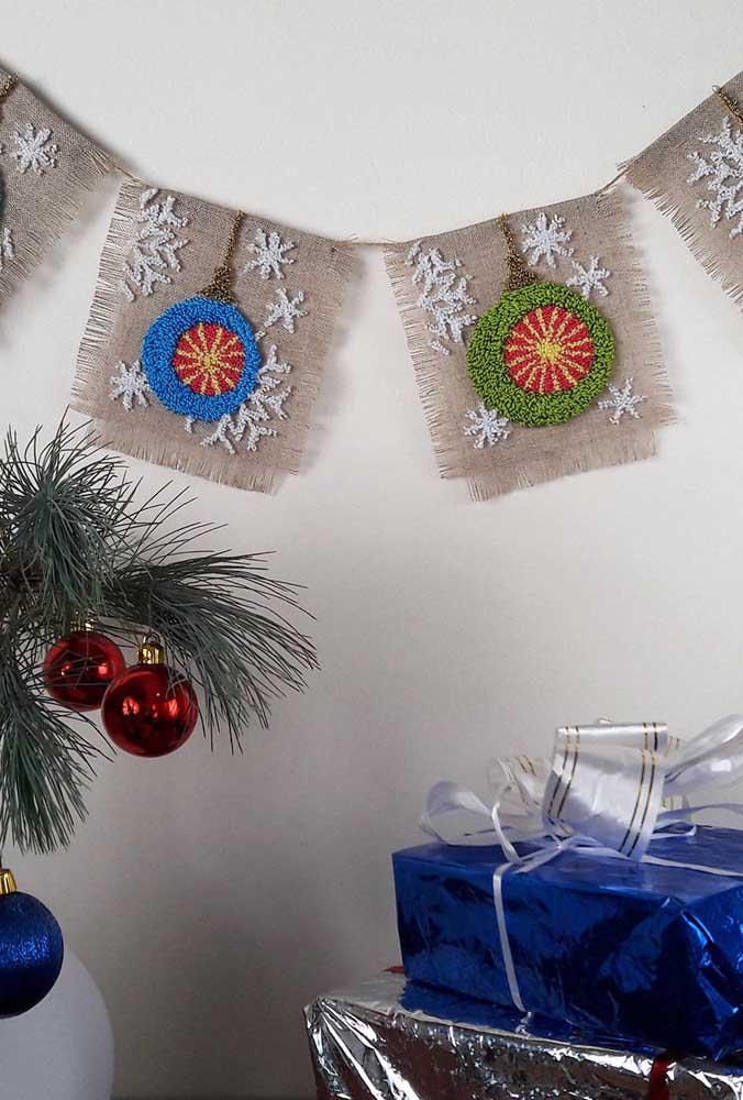 Aqui, o ponto russo também integra a decoração de natal por meio das bandeirolas na parede