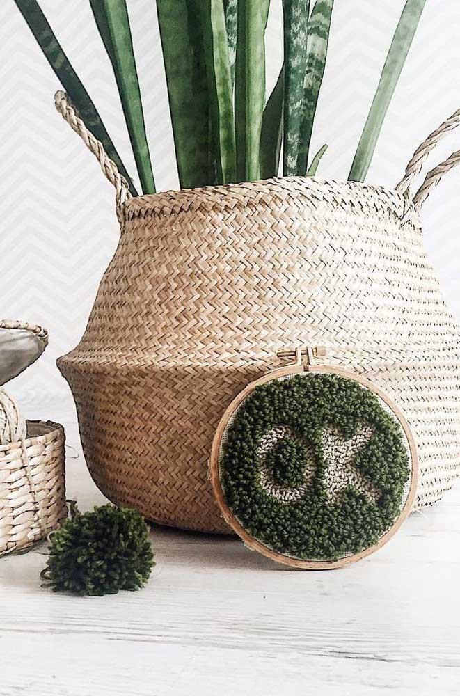 Um enfeite em ponto russo para combinar com o vaso de plantas