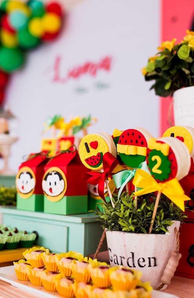 Vasinhos de planta e flores delicadas também podem fazer parte da decoração da mesa