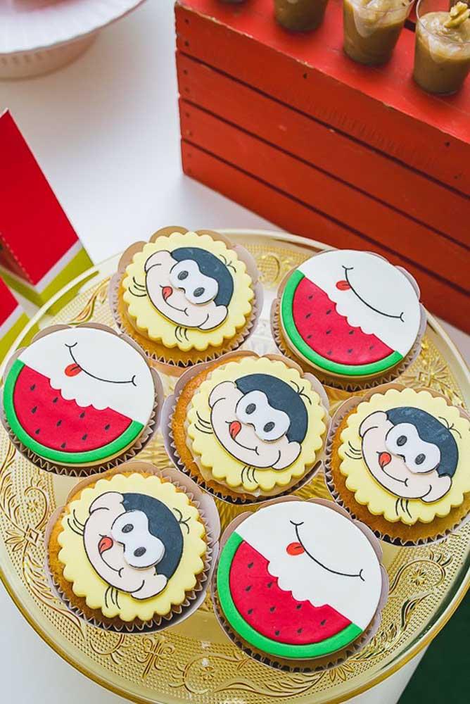"""Cupcakes decorados vistos de cima para festa com tema """"Magali"""""""