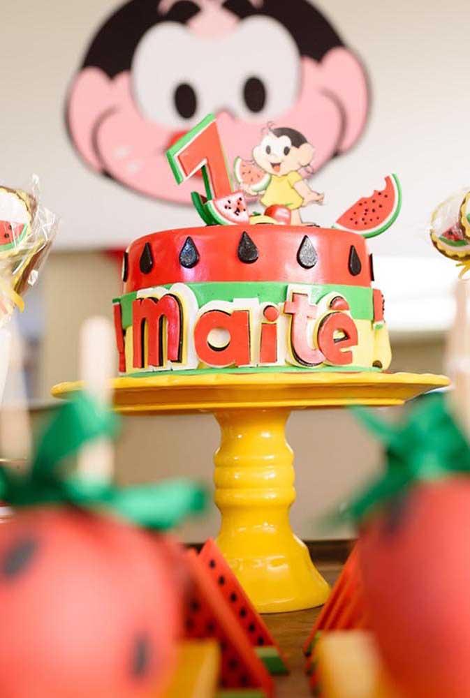 Bolo pequeno e personalizado para a mesa de doces da festa da Magali de 1 ano